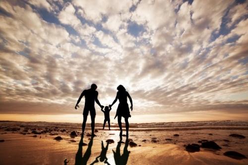 silueta-de-familia-jugando-en-la-playa_1160-596